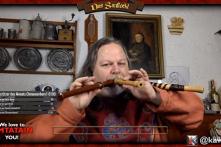 Nghệ sỹ người Áo cùng lúc thổi 3 cây sáo với giai điệu du dương sâu lắng