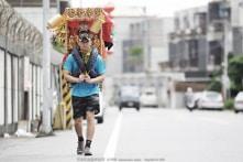 Con trai cõng tượng tổ mẫu đi bộ 600 km để cầu phúc cho mẹ