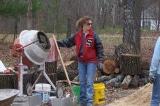 Người mẹ đơn thân đưa 4 con vào rừng tự xây nhà tạo nên kỳ tích
