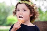 Người phục vụ bật khóc sau khi đối xử lạnh nhạt với một đứa bé mua kem