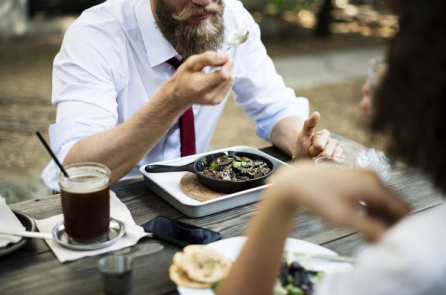 Một người có giáo dưỡng hay không nhìn vào tướng ăn là có thể biết