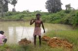 Người đàn ông Ấn Độ 27 năm tự đào ao cấp nước cho cả làng