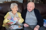 Bà mẹ 98 tuổi vào nhà dưỡng lão để chăm sóc cho con trai 80 tuổi