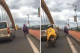 Hình ảnh đẹp: Tài xế ôtô đi chậm lại để chắn gió cho người phụ nữ đạp xe qua cầu Rồng
