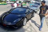 Người đàn ông hành xử cao thượng khi vợ chồng bán cá va vào siêu xe Lamborghini của mình