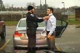 Cảnh sát Mỹ chặn người chạy quá tốc độ lại nhưng không phạt mà còn thắt hộ cà vạt