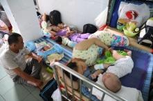 Ba trẻ một giường và… bệnh viện 'đắp chiếu'!
