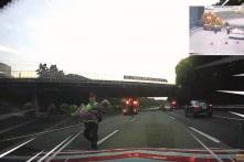 Cảnh sát Đài Loan bế cụ bà 84 tuổi ra khỏi đường quốc lộ (Video)