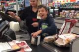Nhân viên thu ngân ở Mỹ khiến cậu bé bại não cười hạnh phúc