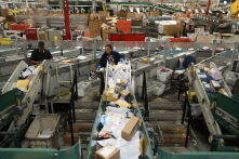Mỹ sắp rút khỏi hiệp ước bưu chính, hàng rẻ TQ sẽ gặp khó