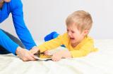 Bố mẹ có quá chủ quan khi cho con chơi iPad thỏa thích mỗi ngày?