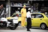 Người đàn ông kỳ lạ chỉ mặc đồ màu vàng trong suốt 35 năm