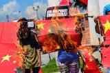 """Người Philippines đốt cờ Trung Quốc, phê phán ông Duterte """"yếu nhược"""""""