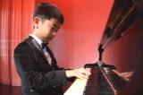 Thần đồng piano 9 tuổi gốc Á được mời đi biểu diễn khắp thế giới