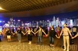 """10.000 người nắm tay nhau kéo dài hơn 40 km hưởng ứng """"Con đường Hồng Kông"""""""