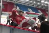 Đấu khúc côn cầu: Đội Trung Quốc đánh đội Hồng Kông ngay trên sân khiến dân mạng tức giận