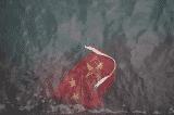 Người Hồng Kông ném quốc kỳ của ĐCSTQ xuống biển