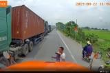Việc nhỏ nhưng ấm lòng: Tài xế container dừng xe dắt bà cụ qua đường