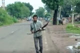 """Người đàn ông Ấn Độ suốt 3 năm bị quạ """"báo thù"""""""