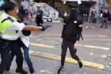 Cảnh sát Hồng Kông bắn đạn thật khiến 2 người ngã xuống