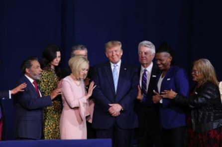TT-Trump-noi-Chua-o-ben-chung-ta-446x295.jpg