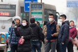 """Phóng viên đưa tin về dịch """"viêm phổi lạ"""" ở vũ Hán bị cảnh sát ngăn chặn"""