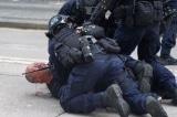 Hồng Kông: Cảnh sát đánh người đàn ông lớn tuổi chảy máu đầu