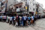 Người dân xếp hàng dài tại Krishna Nagar, Đông Delhi, để mua rượu sau khi giới chức cho phép mở cửa các cửa hàng bán rượu kèm theo một số hạn chế nhất định trong thời gian lệnh phong tỏa toàn quốc vẫn còn hiệu lực đến ngày 17/5